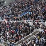 Vollbesetzte Stadiontribühne