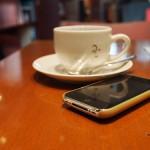 Kaffeetasse und Smartphone