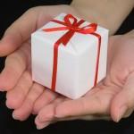 Kleines Geschenk in der Hand