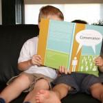 Zwei Kinder mit einem Buch