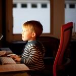 Kind vor einem Rechner