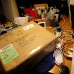 Paket auf einem Schreibtisch