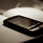 Smartphone auf einem Buch