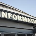 Schild Information an einem Gebäude