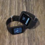 Smartwatch auf Holztisch