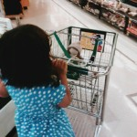 Kind geht mit einkaufswagen einkaufen