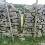 Steinmauer mit Spalt