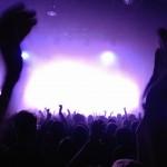 Konzert mit Licht und Jubelnder Menge