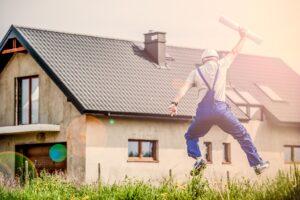 Handwerker macht einen Luftsprung
