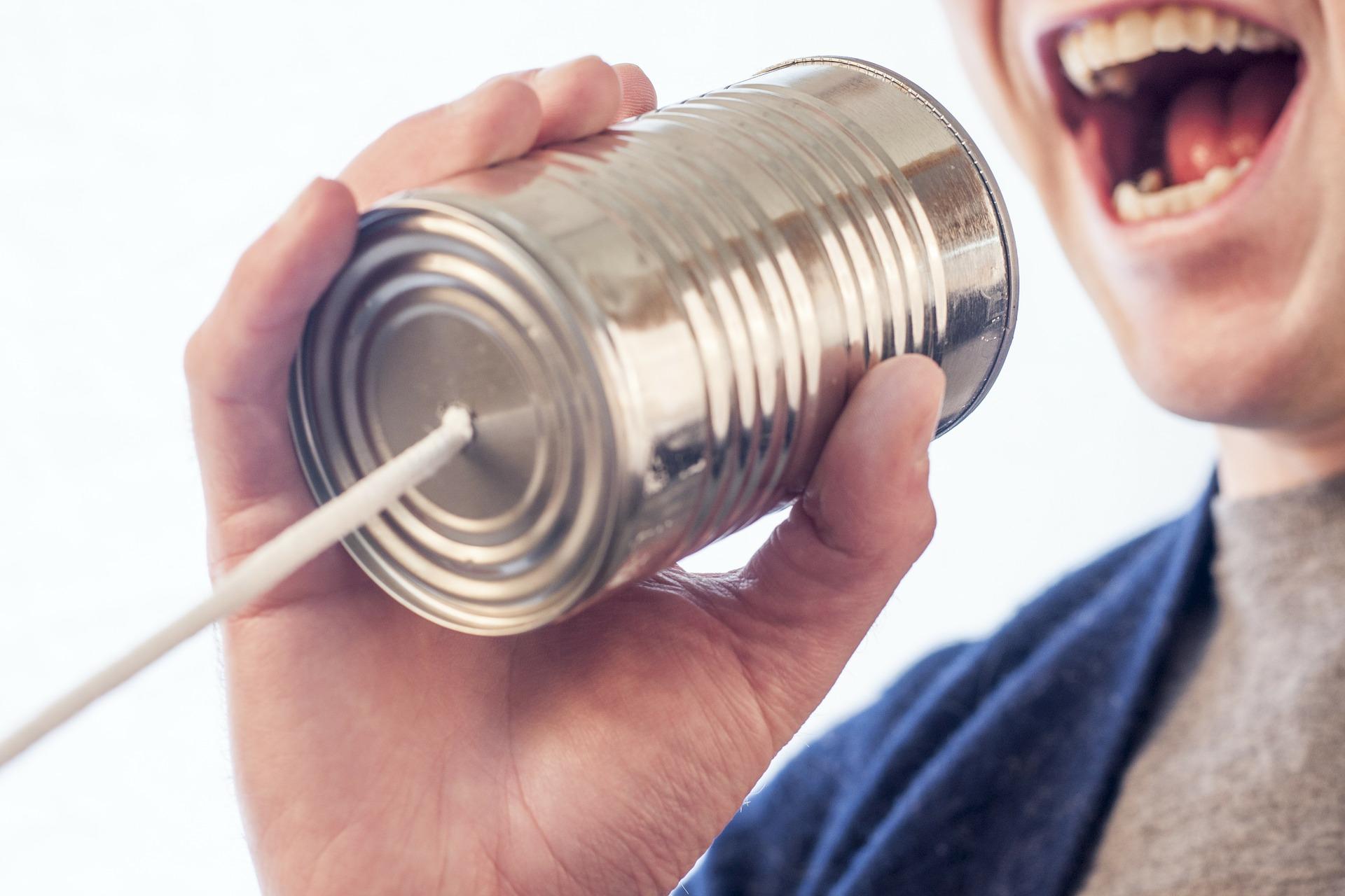 Mann schreit in eine Blechdose - als Beispielbild für den Blogartikel über Facebook Ads