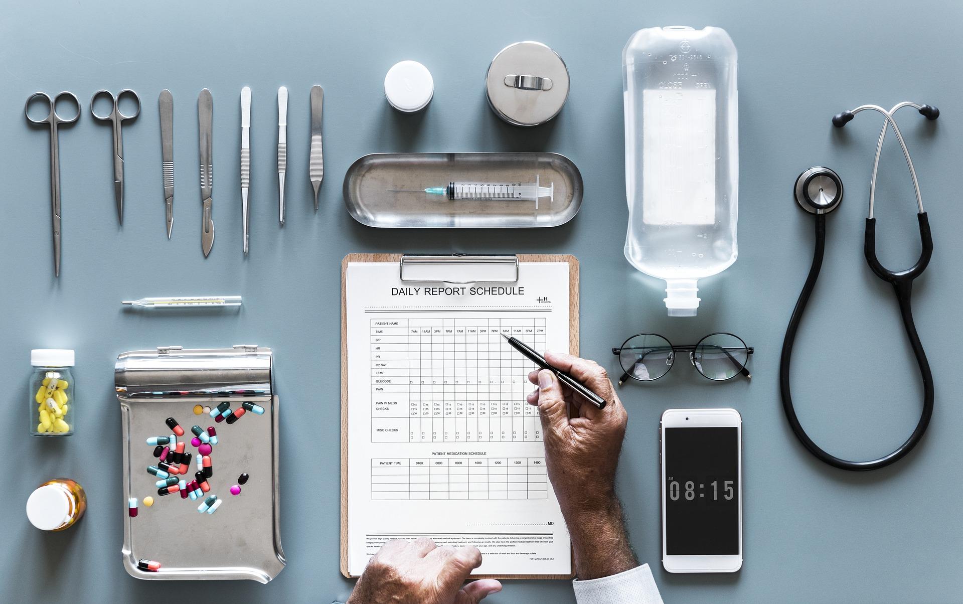 Auf einem Tisch liegen Medikamente und Hilfsmittel für Ärzte - wie sieht eine gute Praxis Homepage aus?