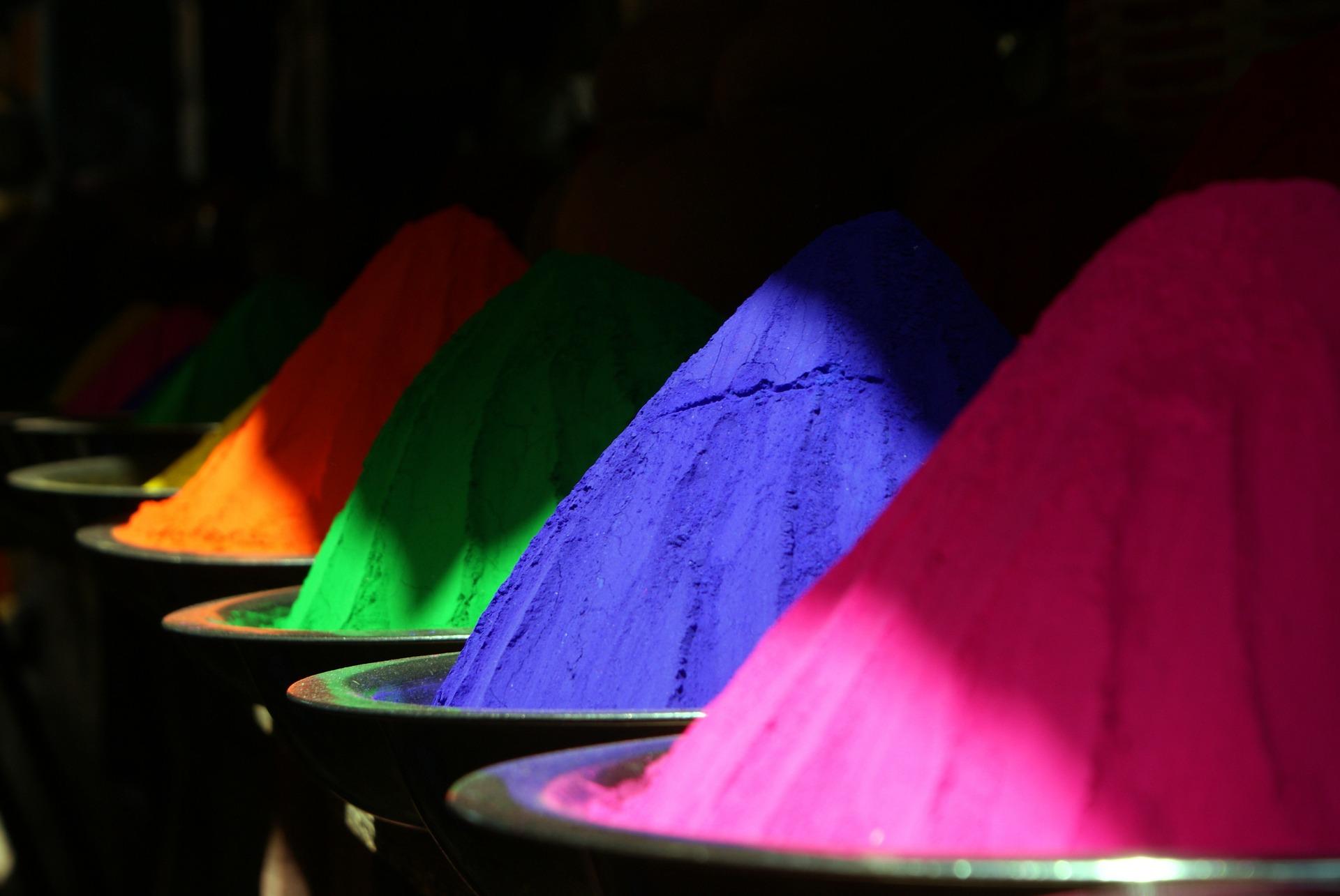 Fässer mit Pulver in verschiedenen Farben
