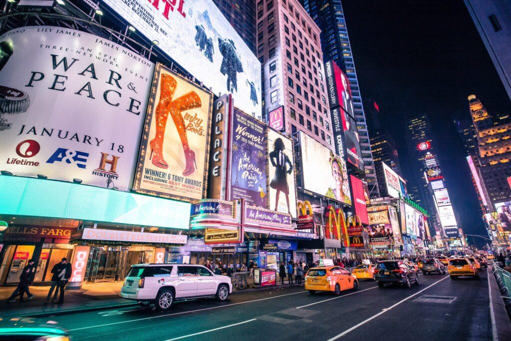 New York Times Square mit bunter Werbung zur Verdeutlichung des Blogartikels Was ist eine Copy Strategie