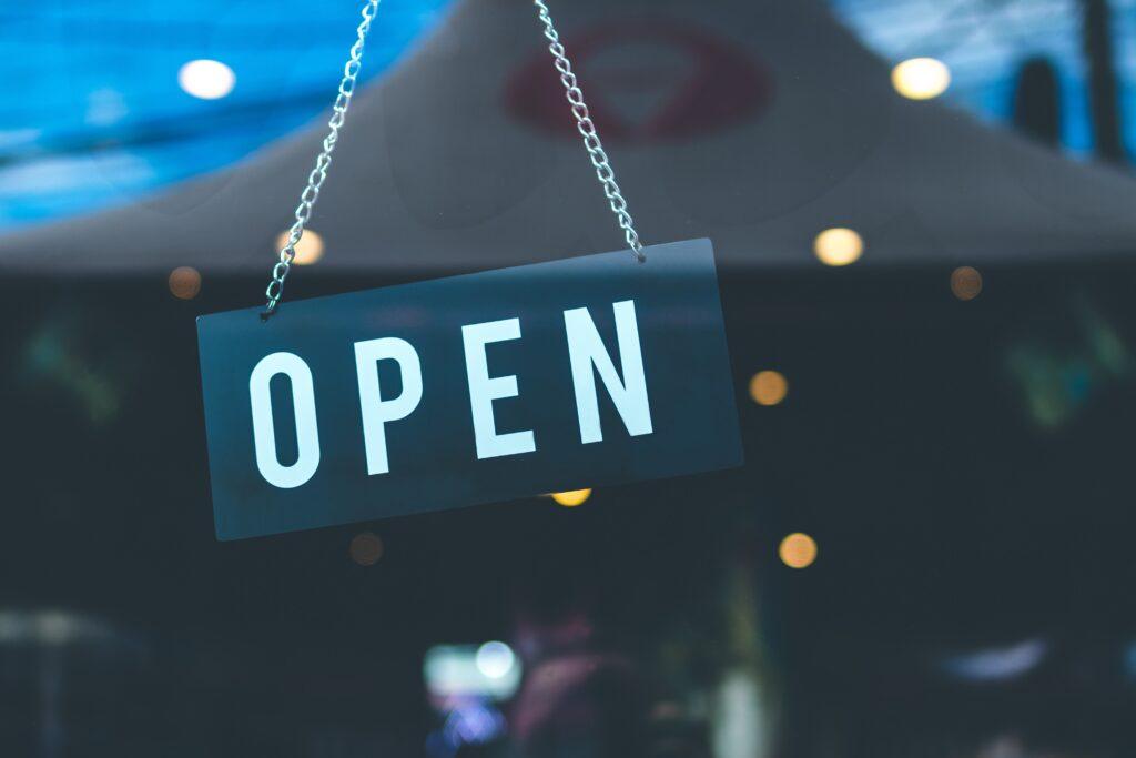 """Ein Schild zeigt """"open"""""""