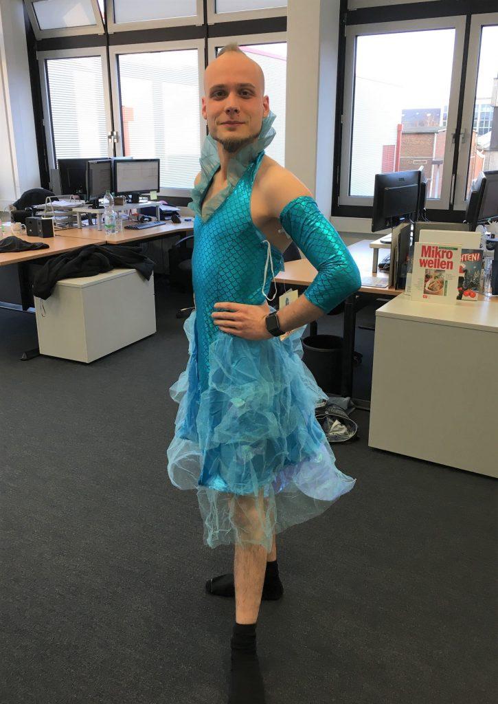 Mann in blauem Meerjungfrauen Kostüm