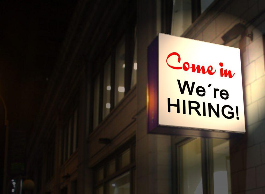 """Leuchtreklame mit Schriftzug """"Come in we're hiring!"""" Blog Wie findet man neue Mitarbeiter?"""