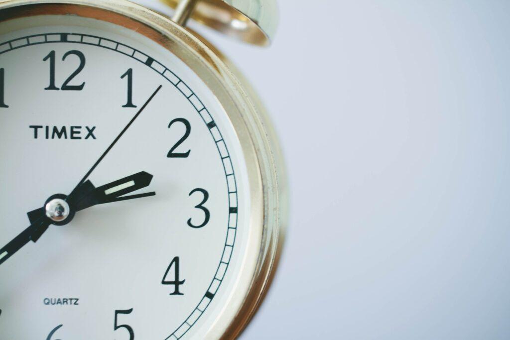 Eine weiße Uhr ist halb zu sehen - zur Veranschaulichung des Blogbeitrags zur Optimierung der Ladegeschwindigkeit