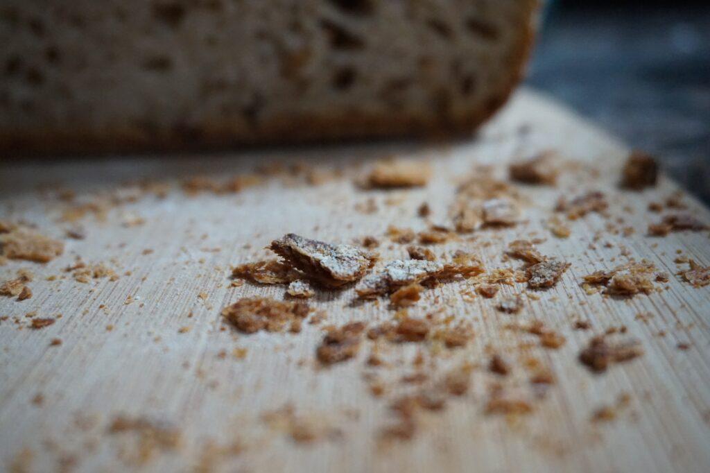 Brotkrümel auf einem Tisch