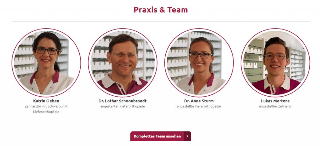 Das Team einer Zahnarztpraxis wird mit Bild und Zuständigkeit auf der Website gezeigt