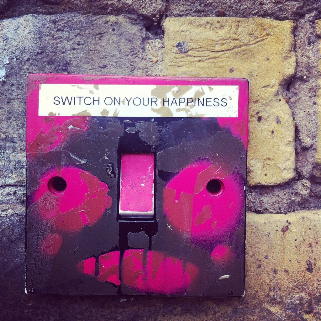 "Pinker Kasten mit der Aufforderung ""Switch on your Happiness"""